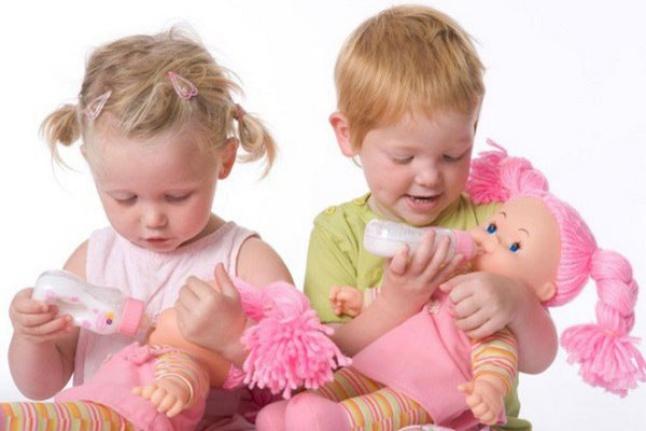 Сын играет куклами - нормально ли это и что делать?
